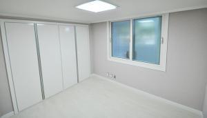 Jaki materiał na ścianę wybrać do salonu?